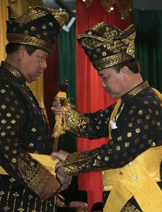 presiden sby berpakaian adat melayu riau