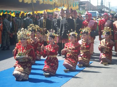 http://antoys.files.wordpress.com/2009/03/tari-bengkulu.jpg