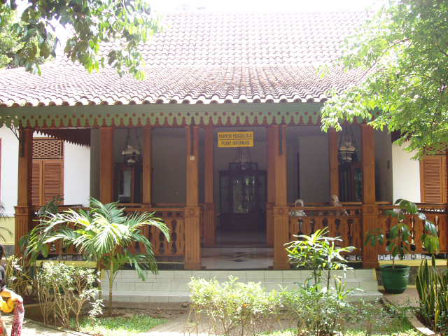 http://antoys.files.wordpress.com/2009/04/rumah_betawi.jpg